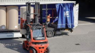 An industrial truck from Linde unloads a large truck.