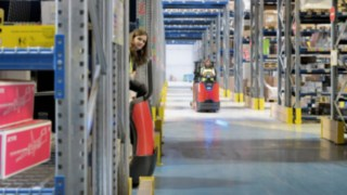 The Linde Bluespot™ at the order picker of the N20 Series from Linde Material Handling enhances the lights as an optical early warning system.
