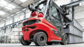 Linde forklift truck stacking boxes
