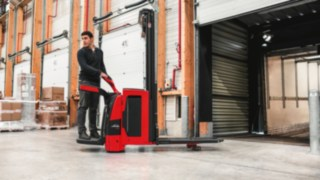 Linde pallet truck handling the goods