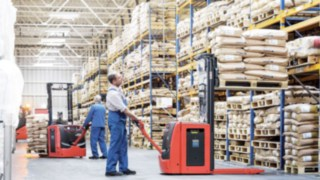 Linde pallet stacker with Linde Li-ION batteries in storage use