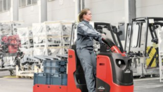 Linde employee with tow truck on the factory site