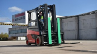 Linde electric forklift truck in use at Egger