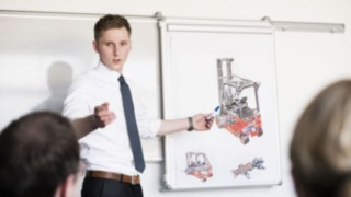 Linde employee at a lecture in front of colleagues