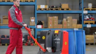 Man using pallet truck T20 from Linde Material Handling
