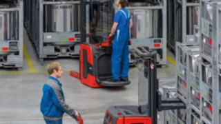 Available either as a pedestrian version or with folding stand-on platform, the new pallet stackers Linde L14-L20 for lift heights of over 5.30 metres feature numerous new functions.