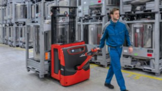 Pallet truck from Linde transporting goods.