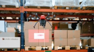 The drone takes a photo of every pallet storage location, captures the barcodes of the stored goods and transfers the information to a computer.