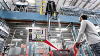Pallet truck with Linde Load Management Advanced assistance system display