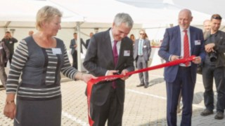 Cutting the red ribbon (from left): Marie Vlkova, mayor of the city Velke Bilovice, Christophe Lautray, Member of the Board and managing director Sales and Service Linde Material Handling and Jindrich Kotyza, managing director Linde Material Handling Česká republika.
