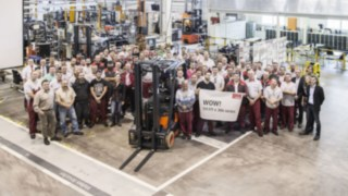 Celebration time at the Aschaffenburger Linde plant for the 111,111th 386 series electric forklift truck.