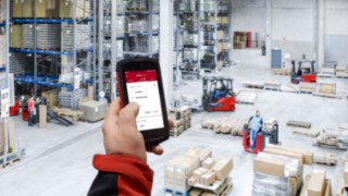 The new Truck Call app from Linde Material Handling enables users to digitally assign such transport tasks. This considerably simplifies and speeds up communication between fleet managers and drivers.