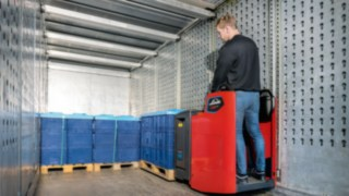 Extra narrow stand-on trucks from Linde Material Handling