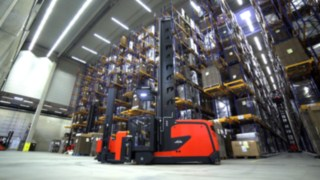 Video about the functions and advantages of the Linde K combination forklifts for storage and order picking in high rack warehouses.