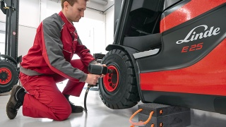 Tire change for a Linde forklift